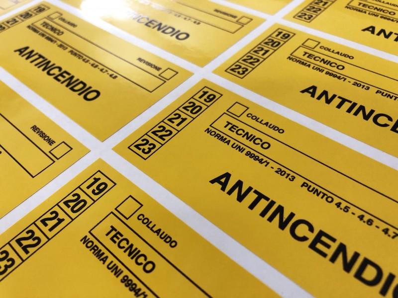 Stampa etichette adesive su vinile colorato