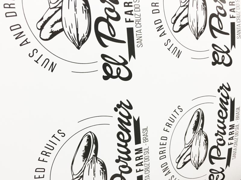 Stampa etichette adesive fustellate con tracciato di ritaglio personalizzato.