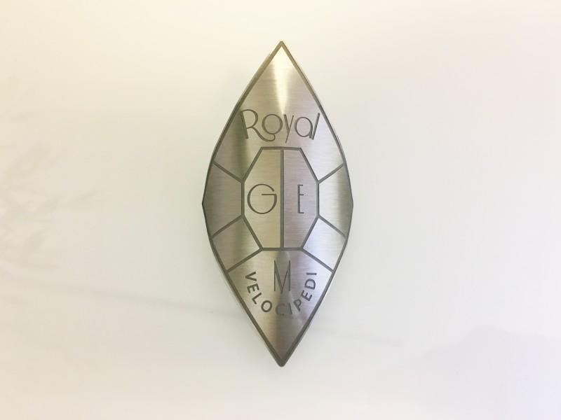Targhetta incisa e sagomata in aluminio.