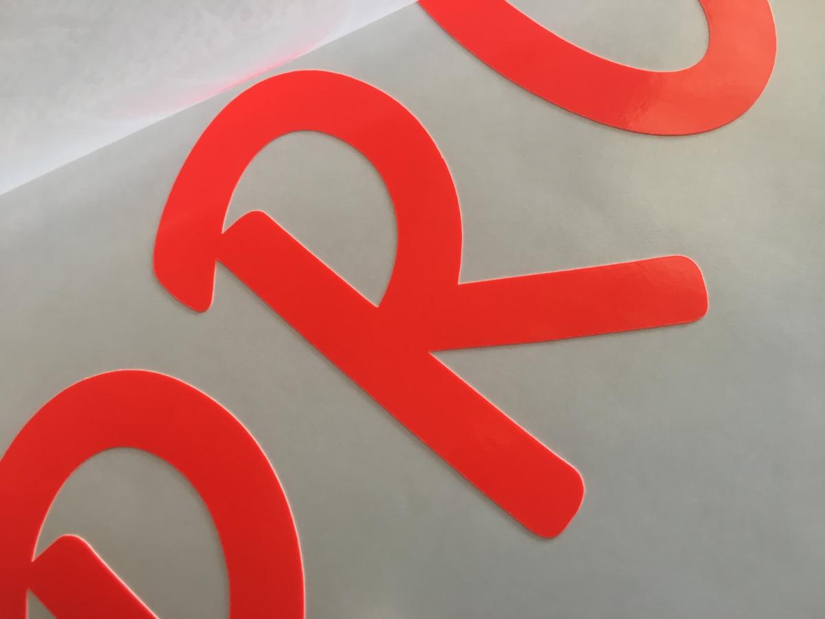 Adesivi prespaziati per scritta su vetrine e vetrofanie personalizzate a Venezia