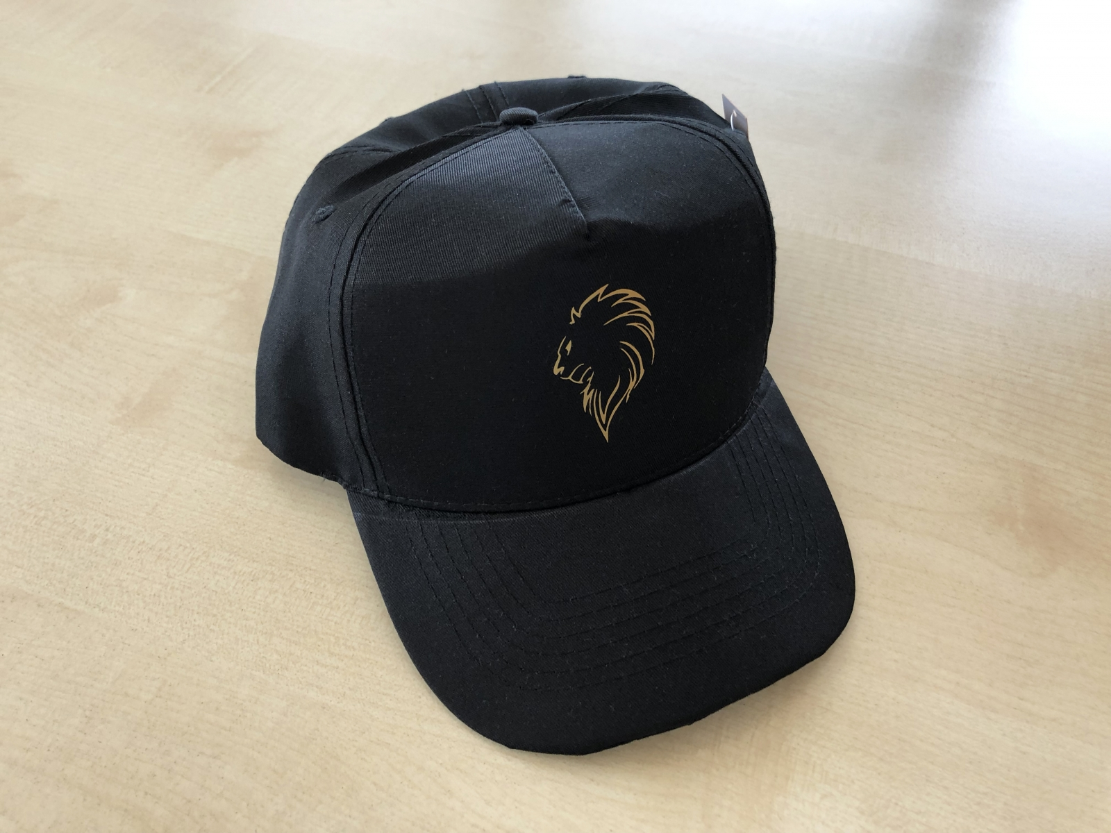 Cappellini personalizzati colore nero con logo aziendale