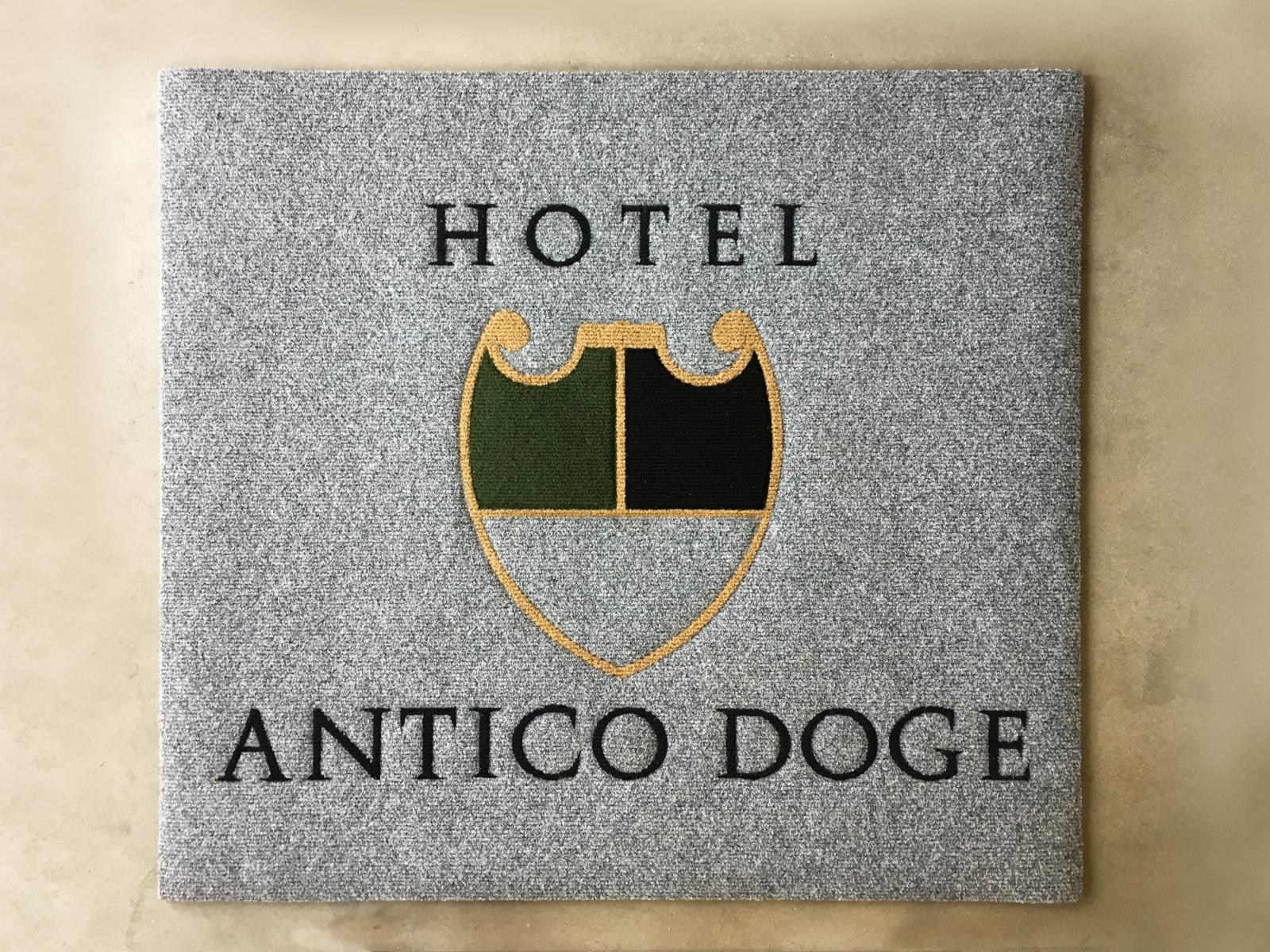 Tappeto intarsiato su misura per Hotel Venezia